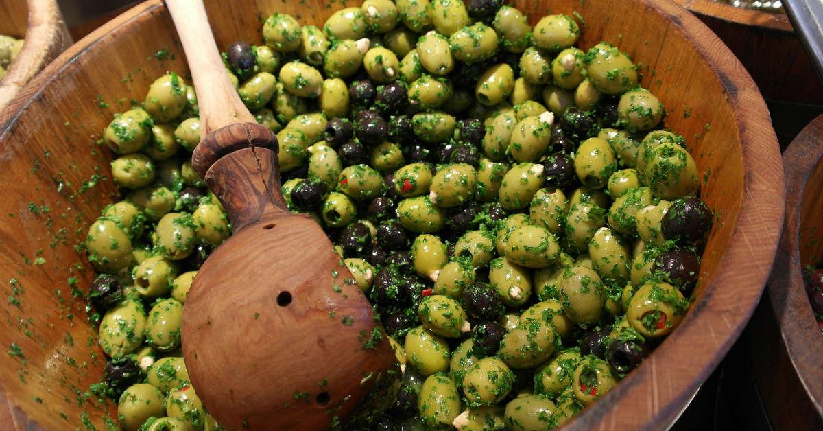 блюда в ресторане с оливками