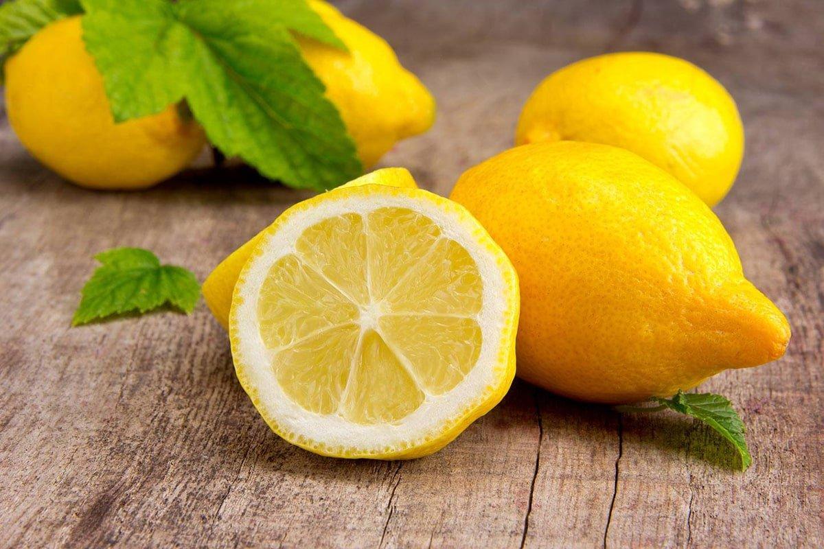 разрезанный лимон на столе