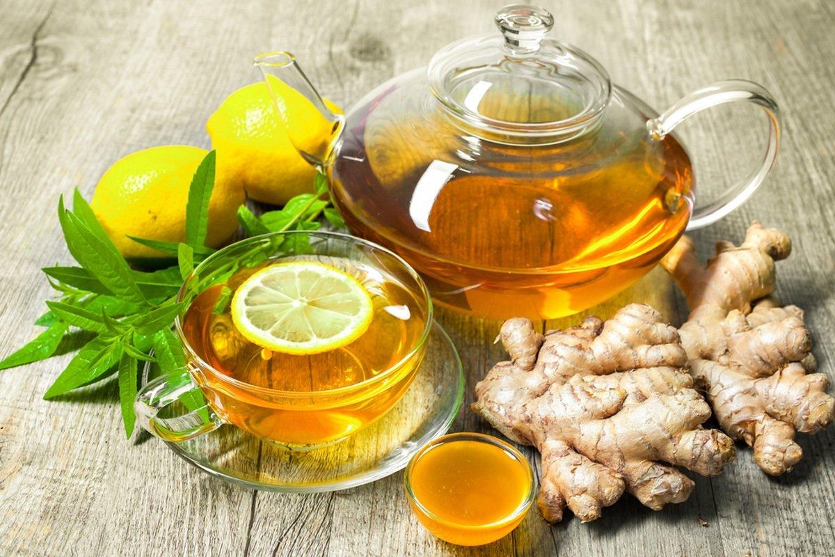 чай с лимоном и имбирем в чашке