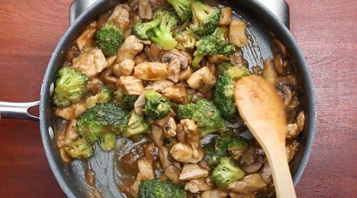 Курица с брокколи и грибами к рису