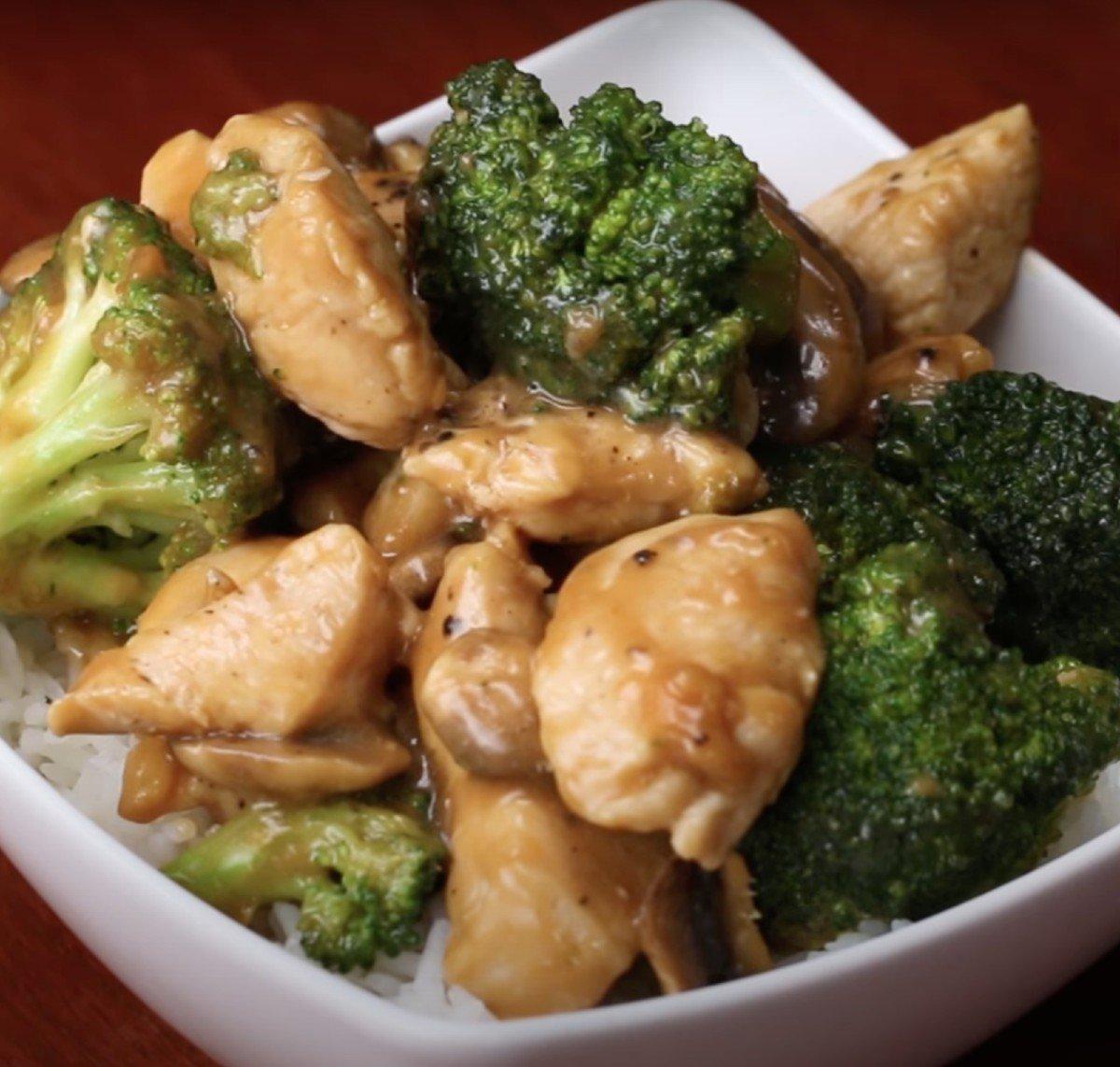 Курица с брокколи и грибами к лапше