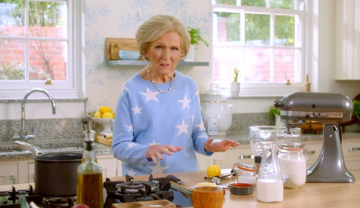 Почему я готовлю английские пасхальные булочки вместо привычных куличей