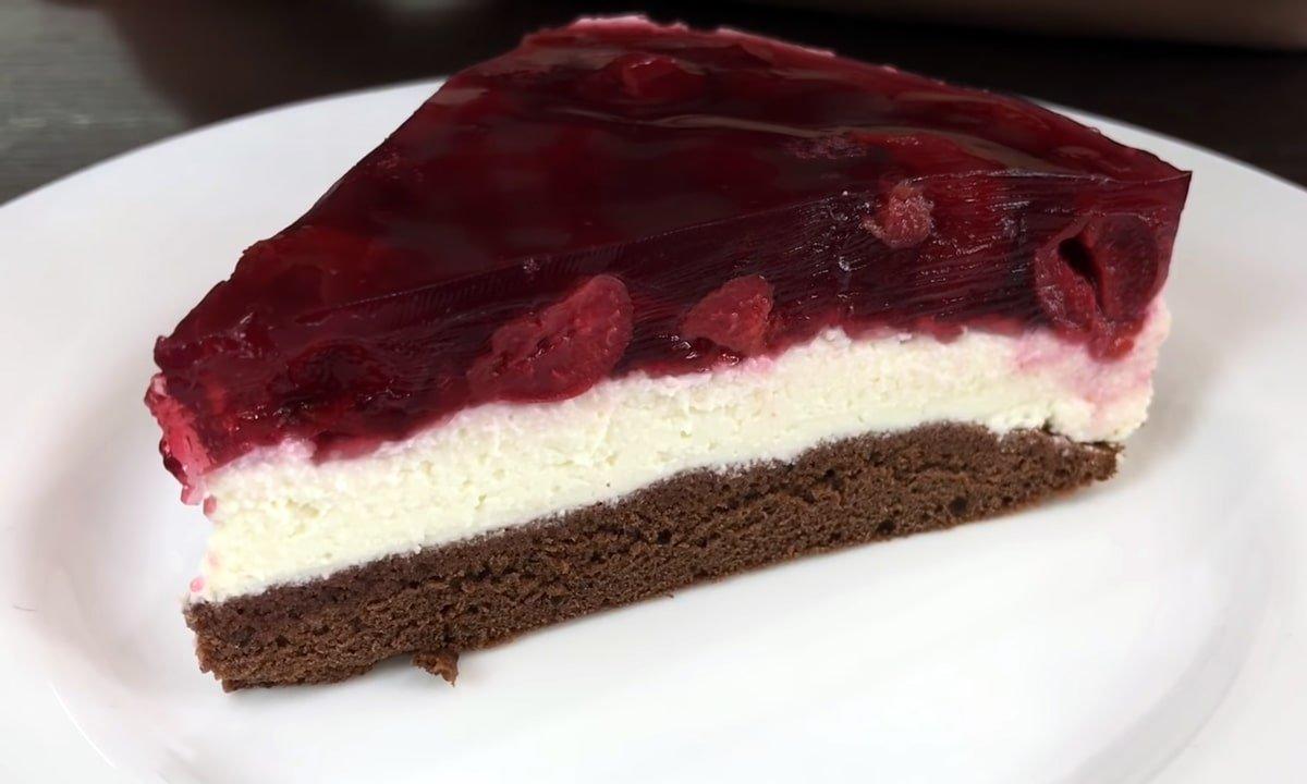 кусочек творожного торта с вишней на тарелке