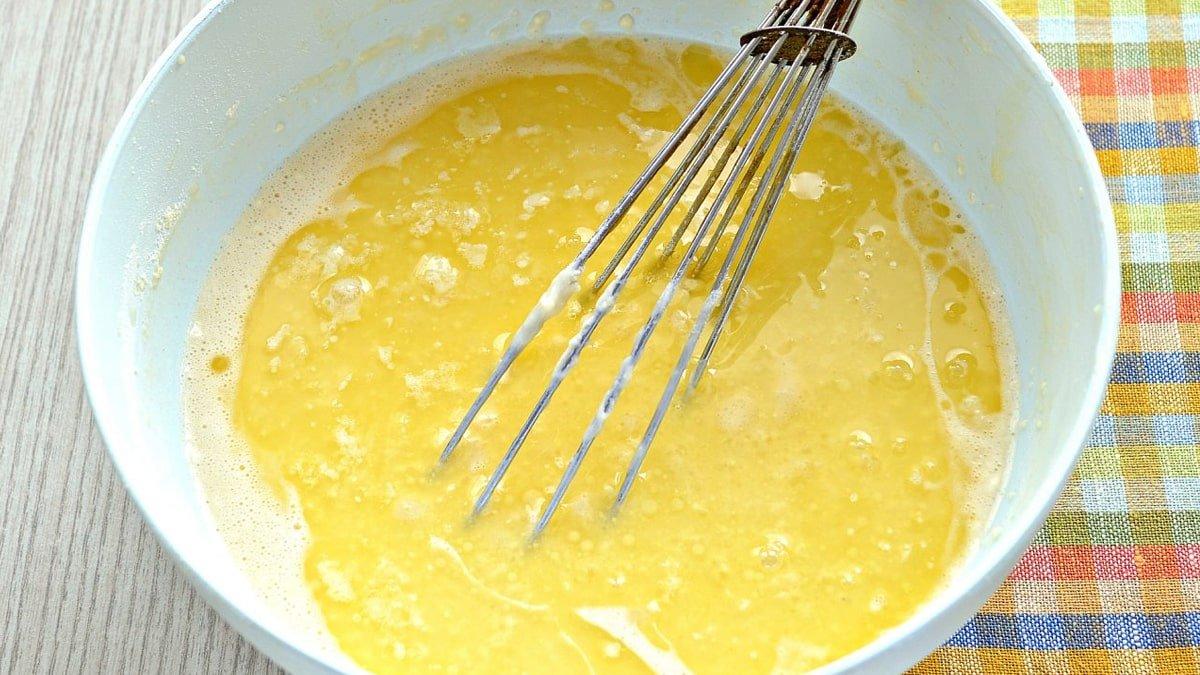 растопленное сливочное масло в миске